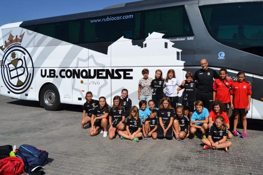 El equipo infantil femenino disfruta en la Ciudad Deportiva del Rayo Vallecano.